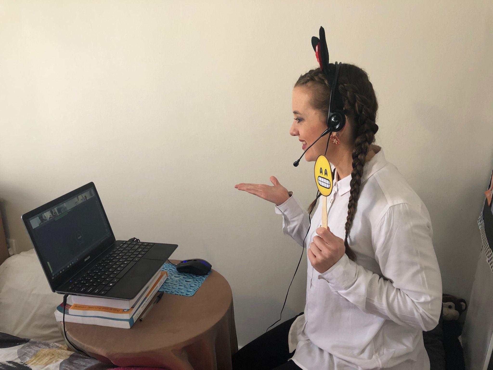 Melissa teaching English online